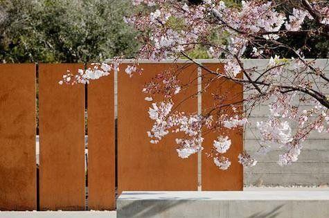 De corten muur is gemaakt van cor ten staal dit is een onverwoestbaar materiaal met een warme - Architectuur staal corten ...