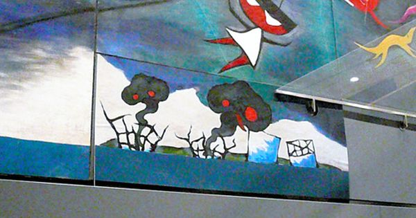 写真 岡本太郎の壁画 明日の神話 の余白部分に張り付けられたチン ポムの作品 5月1日 東京 渋谷駅 岡本太郎記念館提供 チンポム 壁画 グラフィティ