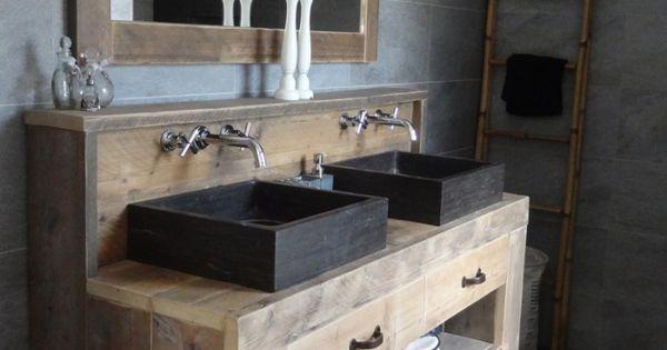 Landelijke en sfeervolle badkamer met een steigerhouten wastafel badkamermeubel badkamer - Winkelruimte met een badkamer ...