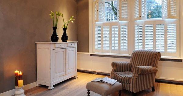 Shutters als raamdecoratie in de woonkamer deze mooie shutters zijn perfect voor in de - Een rechthoekige woonkamer geven ...