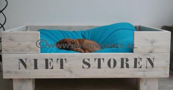Steigerhout hondenmand model koos voor in een modern interieur labrador pinterest modern - Mand een machine huis ter wereld ...