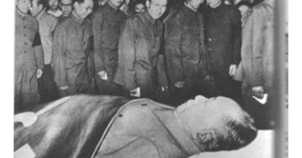 MAO 32 Photos Of Celebrity Open Casket Funerals That Will ... Bruce Lee Open Casket