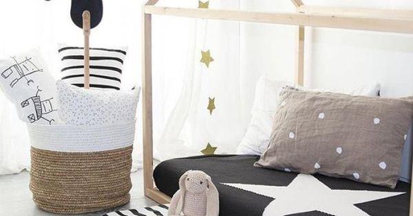 kinderzimmer f r schwarz wei liebhaber hausbett in naturholz hausbetten spielh user. Black Bedroom Furniture Sets. Home Design Ideas