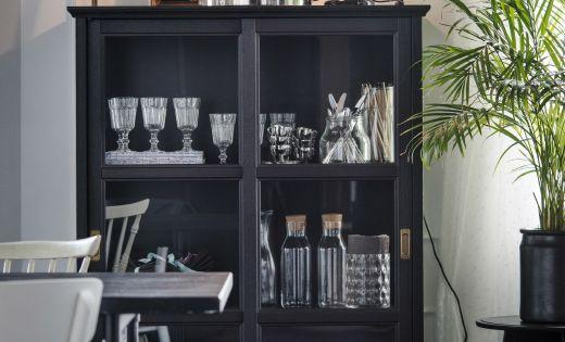 Comedor con una vitrina con vasos platos y objetos - Objetos decorativos salon ...