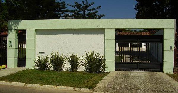 Fachadas de casas modernas com muros fotos for Modelos de fachadas para frentes de casas