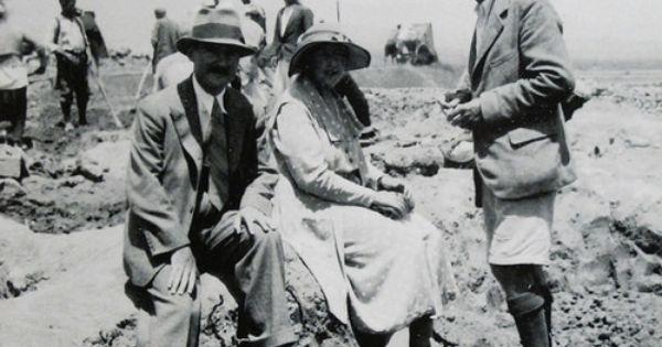 Agatha Christie Avec Son Epoux Max Mallowan A Gauche Et L Archeologue Leonard Woolley Exposition Il Etait Une Fois L Orient Express Institut Du Monde Ar Agatha Christie Agatha Mystery Fiction