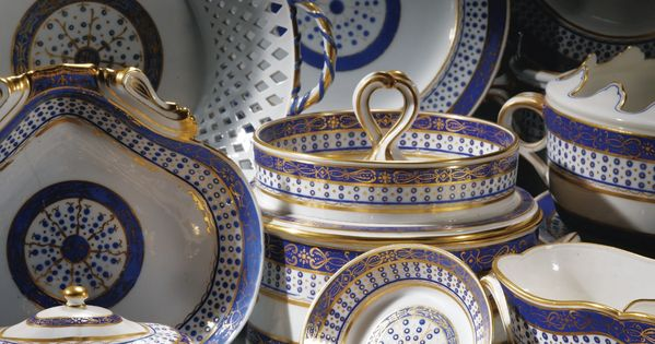 Partie de service en porcelaine tendre de s vres de la for Decoration 18eme siecle