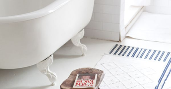 A Sweet Little Bathroom Set Up Claw Foot Tub Hand