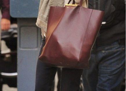 The beautiful Miranda Kerr! Street Look MirandaKerr Fashion Ecig MarsandVenus