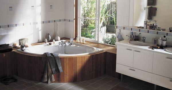 Baignoire d 39 angle bord bois fen tre le bien tre au for Decoration bord fenetre