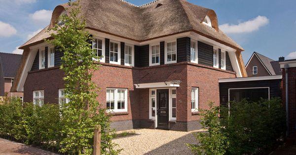 Klassieke jaren 30 woning met rode baksteen en rieten dak for Architecten moderne stijl