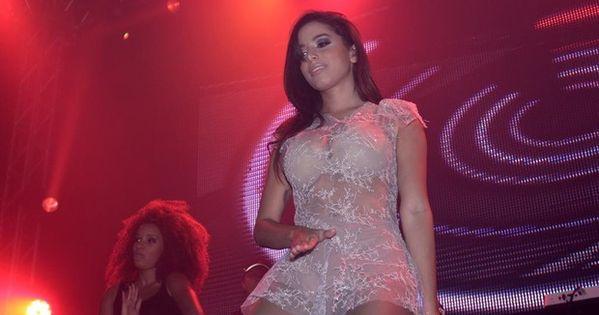 Anitta se apresenta em São Paulo com roupa transparente ...