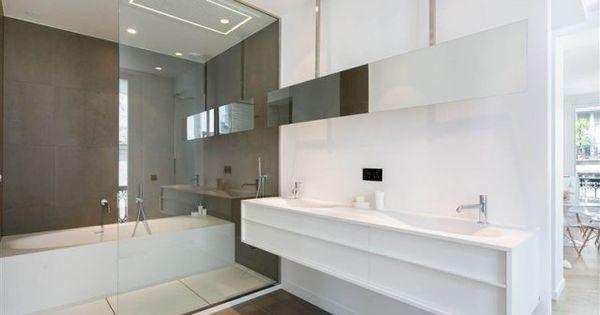 Une salle de bains l gante en blanc et marron avec une for Salle de bain blanche et marron
