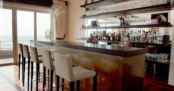 Bar compuesto por repisas de madera y espejos la barra for Espejo y barra montessori