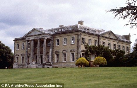 Bust Up At Broadlands Lady Penny Left Alone At Mountbatten Home As Her Husband Moves To The Bahamas Broadlands Mansions Stately Home