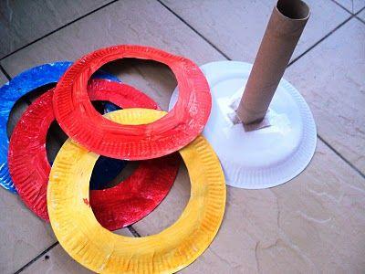 juego infantil con platos de plastico de colores