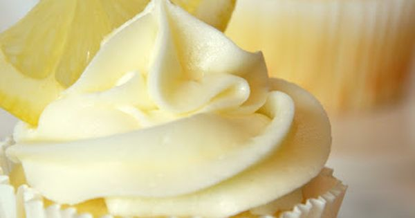 Limoncello cupcakes (lemon cupcake, lemon curd filling, lemon buttercream)