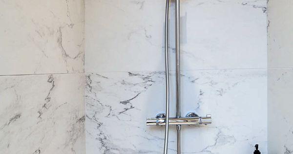 Une salle de bains pur e avec un carrelage mural marbr for Carrelage mural sdb