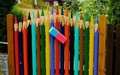 Colorful garden gate! Fun to a kids garden!!!