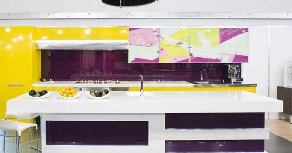 Cuisine violette meubles de rangement en jaune laqu lot en blanc neige et carrelage gris - Credence violette ...