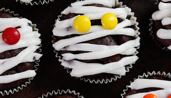 Chocolate Mummy Cupcakes - quick Halloween Idea