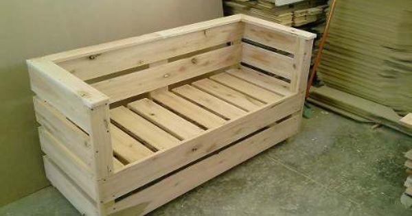 Para hacer sillones afuera tarimas pinterest couch for Tarimas de madera para muebles