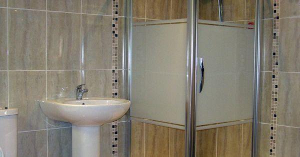 Badezimmer mit einer kleinen duschkabine und gro en und for Fliesen holzoptik walnuss
