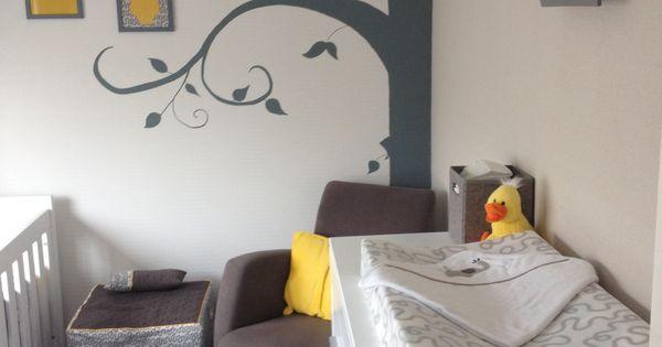 Baby kamer grijs geel wit met muurschildering boom en schilderijlijsten is af bijna alles - Grijs muurschildering ...