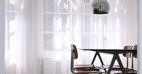 Lichte gordijnen maken een minimalistische kamer zachter en filteren licht waardor een rustige - Kamer sfeer ...