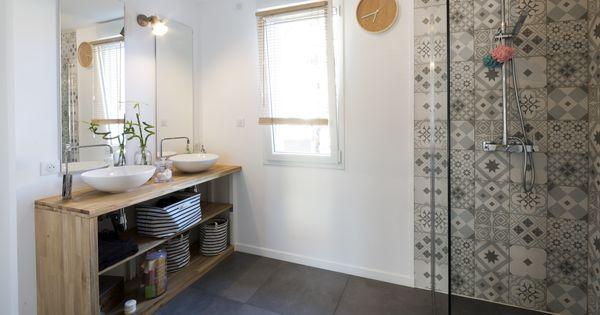 une salle de bains pour les parents avec une douche l. Black Bedroom Furniture Sets. Home Design Ideas