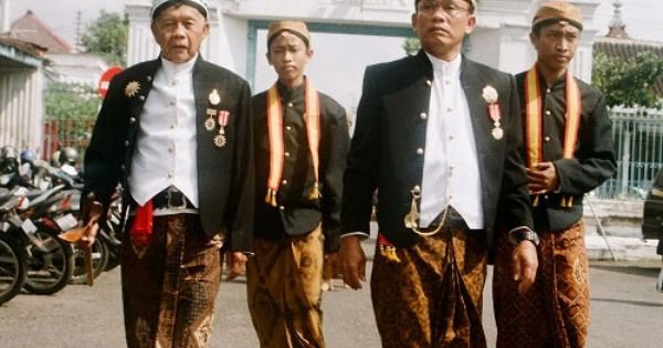Pernikahan Adat Jawa Selly Dan Adit Di Yogyakarta: ผู้ชายมักจะสวมใส่เสื้อแบบบาติกและนุ่งกางเกงขายาวหรือเตลุก