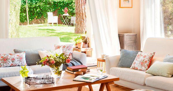 Sal n con chimenea cortinas blancas alfombra y puffs de for Cortinas blancas salon