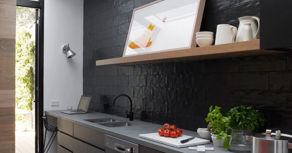 Moderne zwarte keuken met glanzende tegels op de achterwand keuken pinterest met - Onderwerp deco design keuken ...