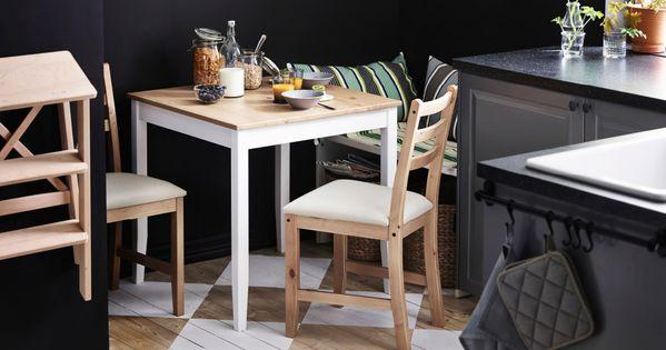 Lille ikea bord med 2 stole d kket op til morgenmad i et - Ikea lille catalogue ...