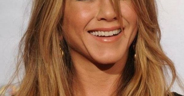 Here S Jennifer Anniston With A Caramel Blonde Hair Color
