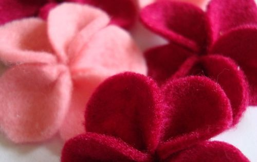 Rainy Days Joy: FELT FLOWERS TUTORIAL Would make nice Hair Clips