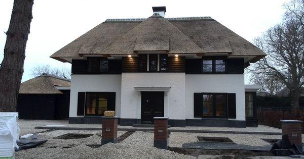 Gestuct huis met zwarte potdeksel planken rieten dak vanaf de tweede verdieping met plat dak - Planken zwarte ...