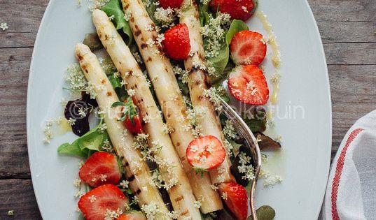 Asparagus salad with strawberries and elderflowers | Aspergesalade met ...