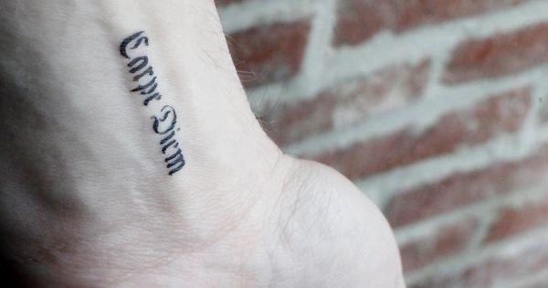 Petit tatoo temporaire carpe diem criture gothique sur le - Tatouage noeud poignet ...