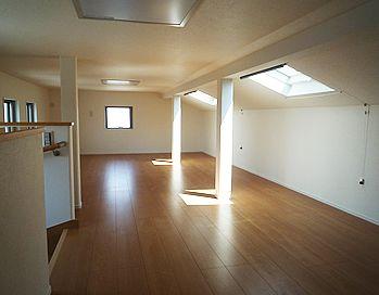 3階建ての木造一戸建ての家ですが 3階の廊下の天井に 屋根裏部屋の
