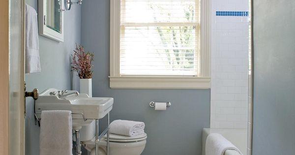 Ba os ceramica blanco brillante y pared azul buscar con - Banos con paredes pintadas ...