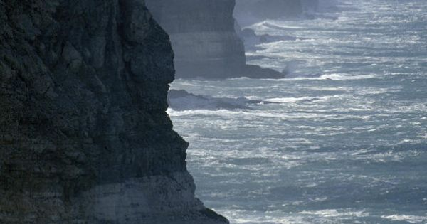 ✮ The massive Bunda Cliffs drop over 200 feet into the Southern