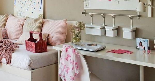 modernes Mädchenzimmer - beige Wandfarbe, weiße Möbel und rosa Akzente  Teenager Zimmer ...