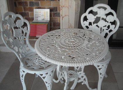 Table et chaises en fonte. France. Salons de jardin | salon ...