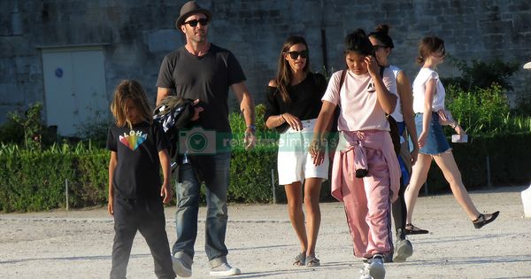 Exclusive Hawaii 5 0 Actor Alex O Laughlin With His Wife Malia Jones And Sons Lion And Saxon Having Fun At The Tuileries Fair With Friends In Paris Fr Familia