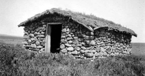 Between 1900 And 1950 Description A Pioneer Era Stone House With A Sod Roof And Visible Doorway The Roof Is Begining Pioneer House Old Pictures Stone House
