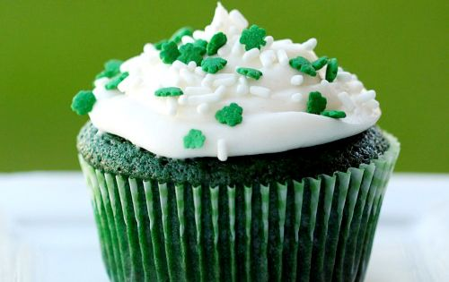 These green velvet cupcakes and green velvet cake are super simple to
