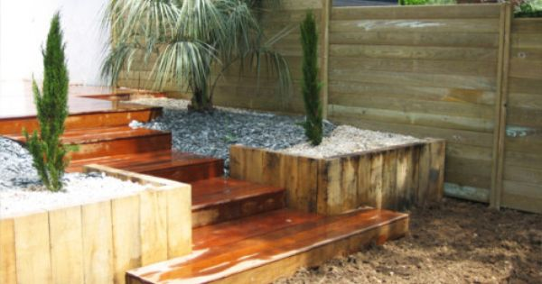 Cr ation d 39 une terrasse en bois et d 39 un am nagement paysager avec v g taux exotiques arbor - Amenagement paysager autour d une terrasse ...