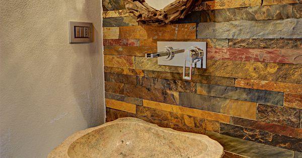 Un ba o con lavabo de roca natural y pared de piedra - Lavamanos pequenos roca ...