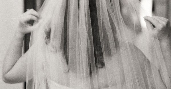 a gorgeous veil and a timeless photography Photography by lisalefkowitz.com